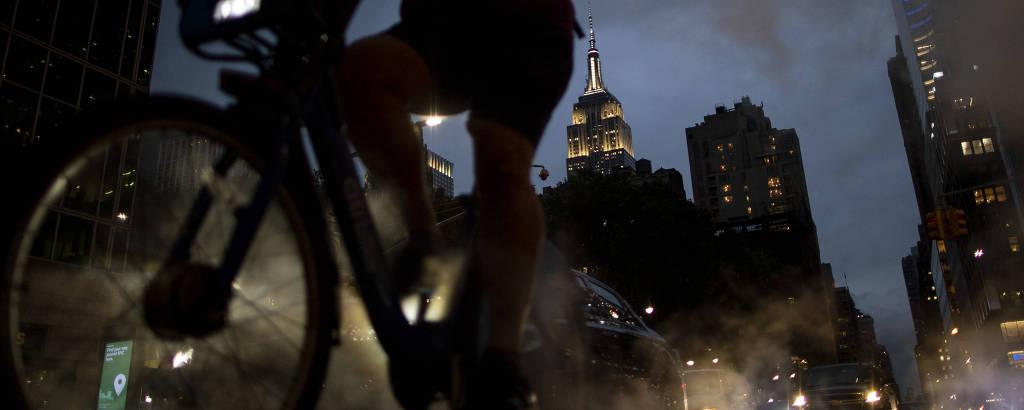Ciclista em Nova York, com Empire State Building ao fundo