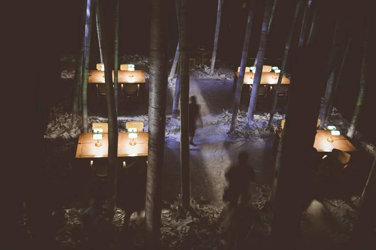 """Exposição imersiva """"A Biblioteca à Noite"""", concebida pelo diretor canadense Robert Lepage e por seu grupo Ex Machina a partir da obra de Alberto Manguel"""