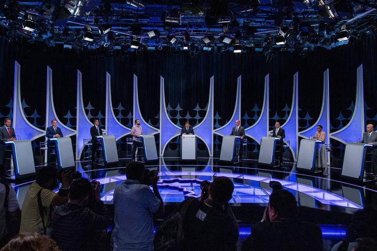 Candidatos a presidente reunidos para o debate promovido pela Folha, UOL e SBT