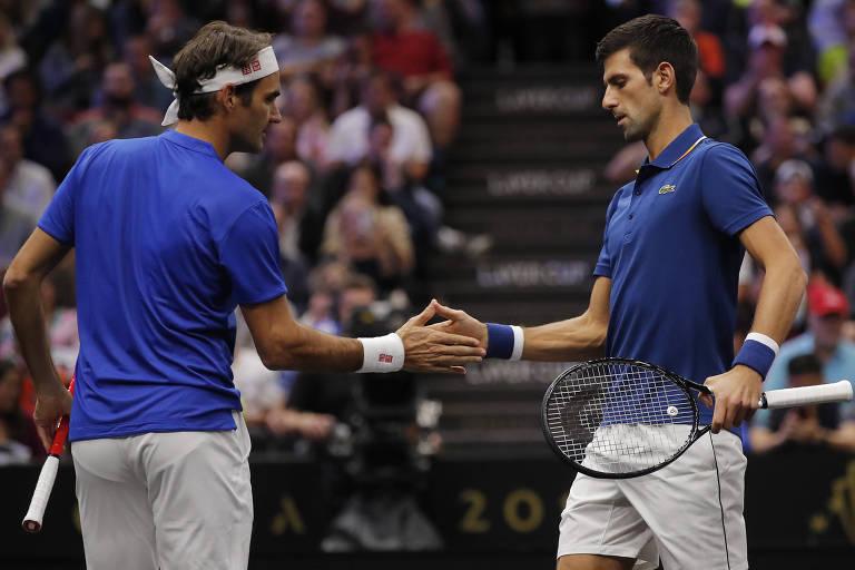 Federer e Djokovic comemoram um ponto juntos em jogo pela Laver Cup
