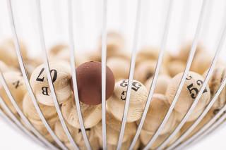 Jogo de bingo com bolinhas em madeira