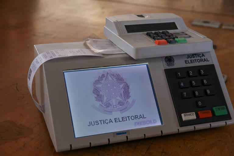 Urnas eletrônicas que serão enviadas para votação no exterior. Campanhas diversas procuram conscientizar sobre a importância do voto