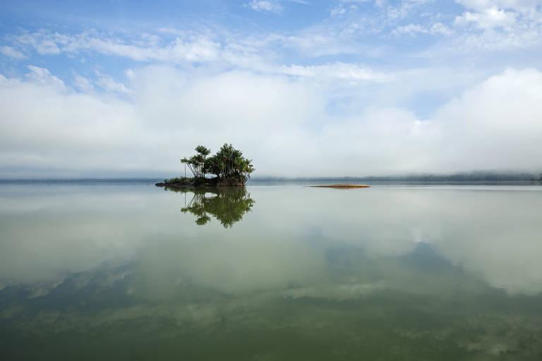 Barco percorre o rio Tapajós perto da comunidade Montanha e Mangabal