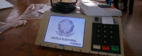 BRASÍLIA, DF, 19.09.2018 - O TRE-DF (Tribunal Regional Eleitoral) realiza o teste e lacração das urnas eletrônicas que serão enviadas para votação no exterior. As urnas são testadas e carregadas com o cartão de memória que guarda os dados da votação, depois lacradas e guardadas para envio aos locais de votação fora do país (no caso de votação no exterior, ocorre apenas a votação para presidente). Foram lacradas hoje 680 urnas, que serão enviadas para 171 países, nos quais mais de 500 mil brasileiros estão aptos a votar. Os locais que receberão o maior número de urnas são Boston (46) e Miami (45), nos EUA. O procedimento foi feito no galpão do TRE-DF, em Brasília. (Foto: Pedro Ladeira/Folhapress)