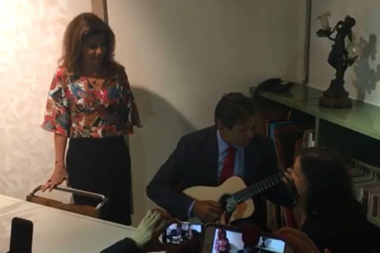 Haddad toca violão em evento com artistas