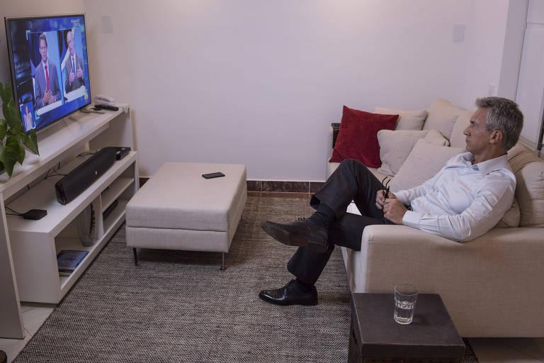Fabio Carvalho assiste ao debate presidencial do SBT na tarde desta quarta feira