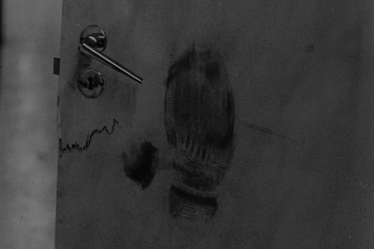 Marca da bota de um policial ficou registrada na porta do laboratório da Faculdade de Medicina da Universidade de Brasília