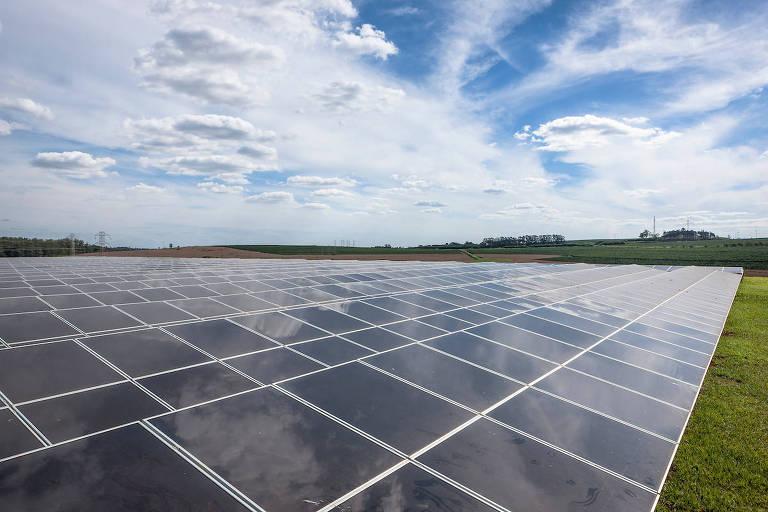Painéis solares em área verde