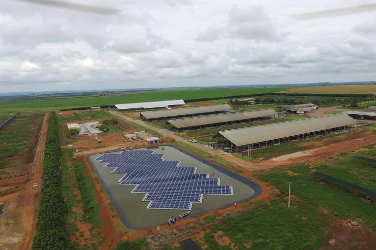 Vista aérea da usina fotovoltaica da fazenda Figueiredo, em Cristalina, em Goiás, usa painéis solares flutuantes
