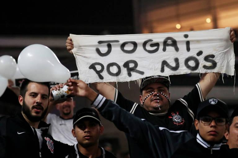 2ad422daf55d8 Torcedores do Corinthians no Itaquerão durante jogo contra o Flamengo
