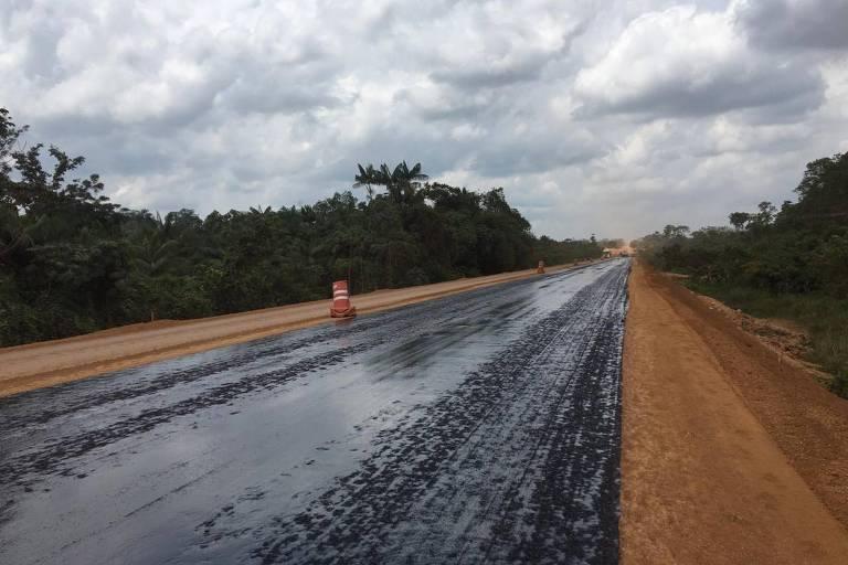 Trecho de estrada sendo asfaltada