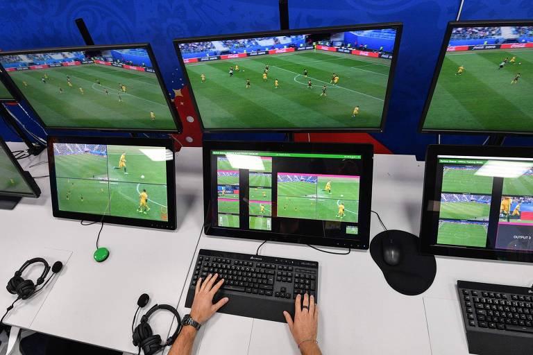 Operação do VAR na Copa da Rússia, em 2018; o árbitro de vídeo fez das suas lambanças até nas Olimpíadas de Tóquio