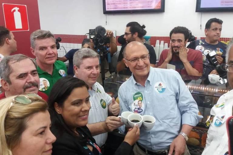 Os tucanos Antonio Anastasia e Geraldo Alckmin tomam café em padaria na periferia de Belo Horizonte
