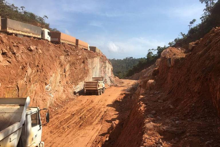 Trecho de estrada de terra