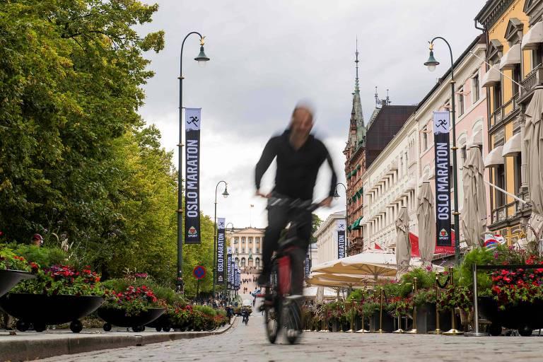 Homem anda de bicicleta no centro de Oslo
