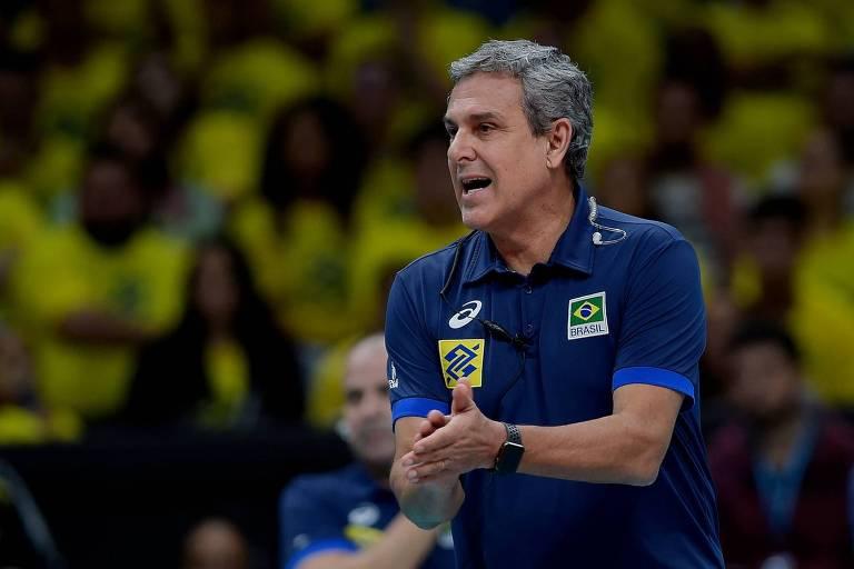 O técnico José Roberto Guimarães, que já trabalhou no futebol como dirigente, aprova o aumento das substituições