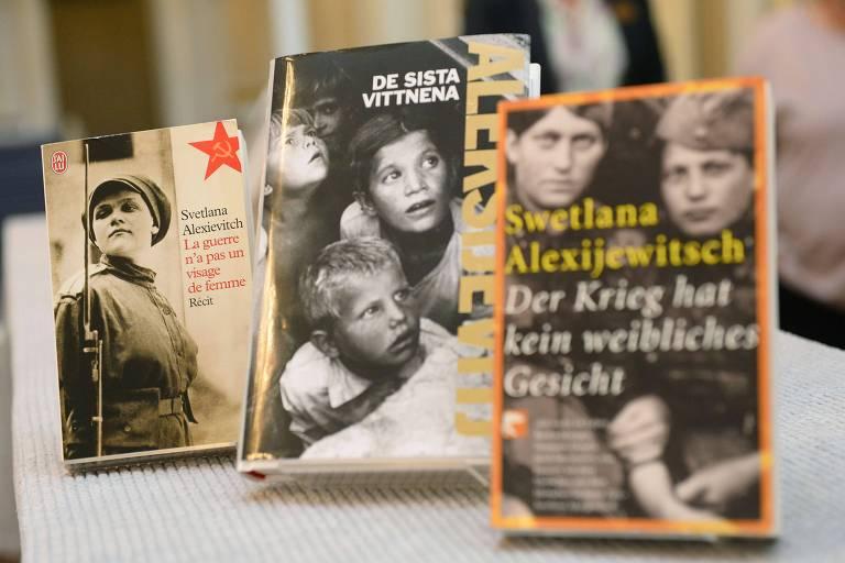 Livros de Svetlana Aleksiévitch traduzidos em diversas línguas, expostos na Academia Sueca, que lhe concedeu o Nobel de Literatura em 2015