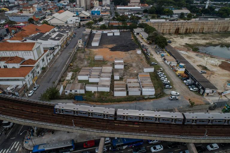 Terreno com contêineres próximo à marginal e à rodoviária do Tietê que receberá tenda de atendimento a dependentes
