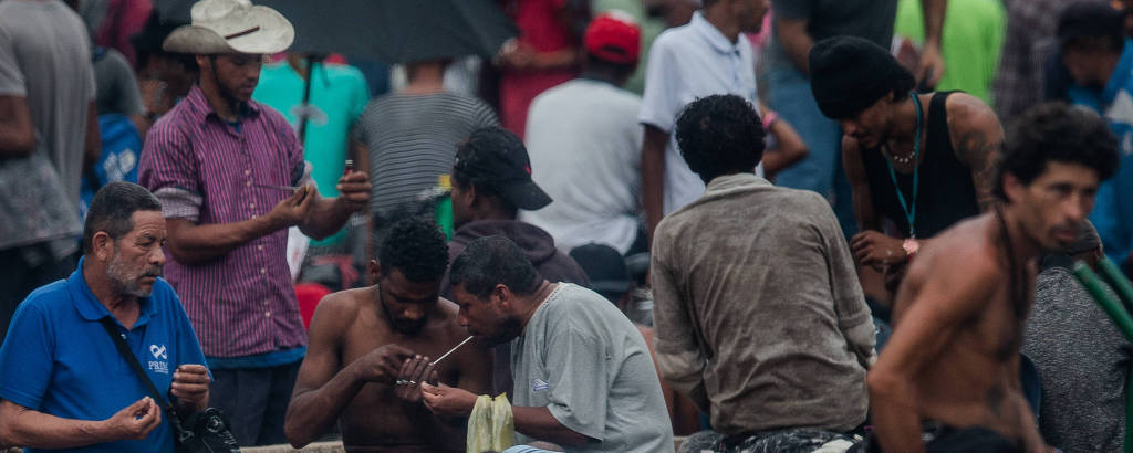 Usuários de crack consomem a droga na Cracolândia, no centro de São Paulo