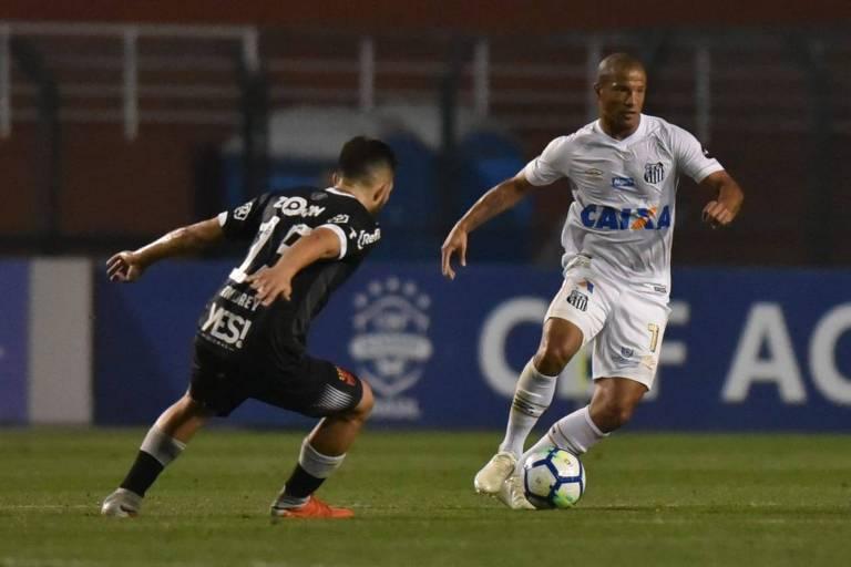 O uruguaio Carlos Sánchez, do Santos, carrega a bola contra o Vasco, no Pacaembu