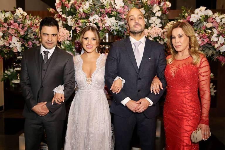 O casal com os pais da noiva, Zezé e Zilu Camargo