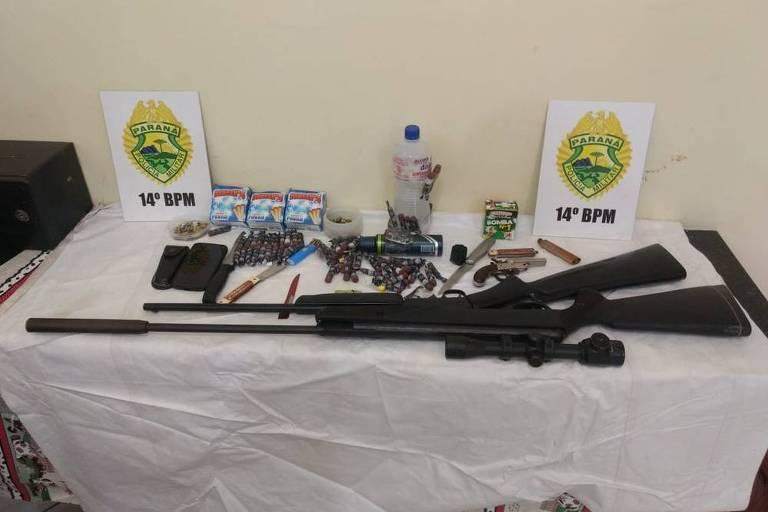 Imagem mostra armas, munições e bombas