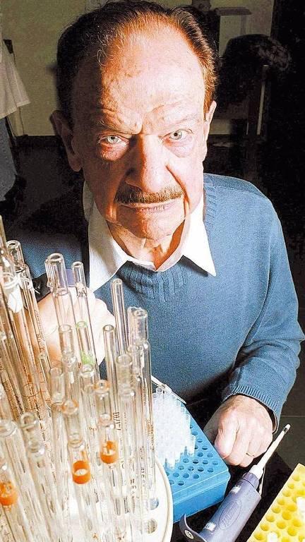 O cientista, no laboratório, em meio a utensílios para análise genética, como uma pipeta