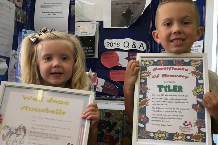 Annabella e Tyler receberam certificados por terem conseguido manter a calma e ajudar a mãe