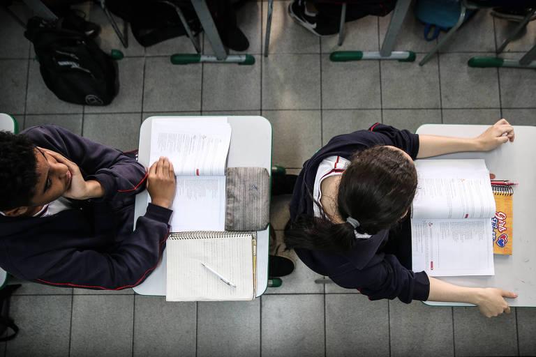 Estudantes em suas carteiras durante aula