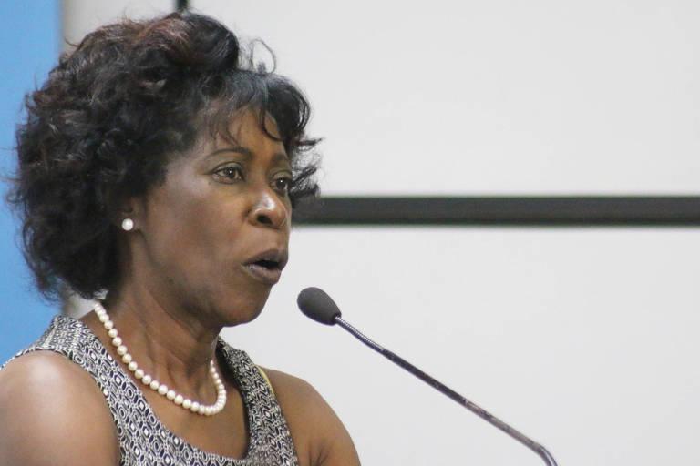 Retrato da camdidata Cidinha falando em microfone