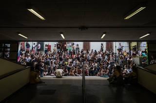 Estudantes da PUC-SP fazem assembleia para discutir estatuto da escola