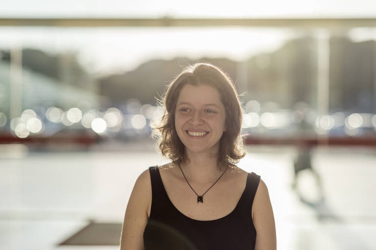 Retrato de Júlia Carvalho, fundadora do Fast Food da Política, ao ar livre