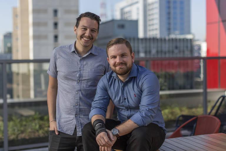 Mathieu Anduze (à esq.) e Raphael Mayer, fundadores da Simbiose Social, empresa que atua com dados das leis de incentivo para conectar empresas e projetos de captação