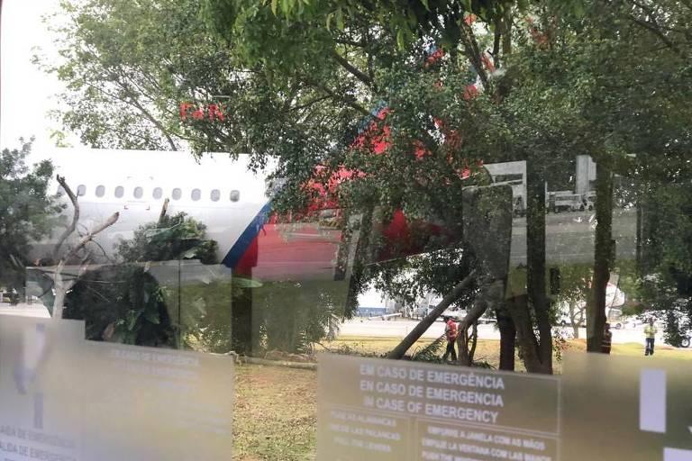 Avião da Latam sobe canteiro em Congonhas
