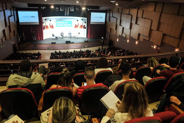 Plateia assiste a debate no seminário Desafios do Ensino Superior, no teatro da Unip, em São Paulo