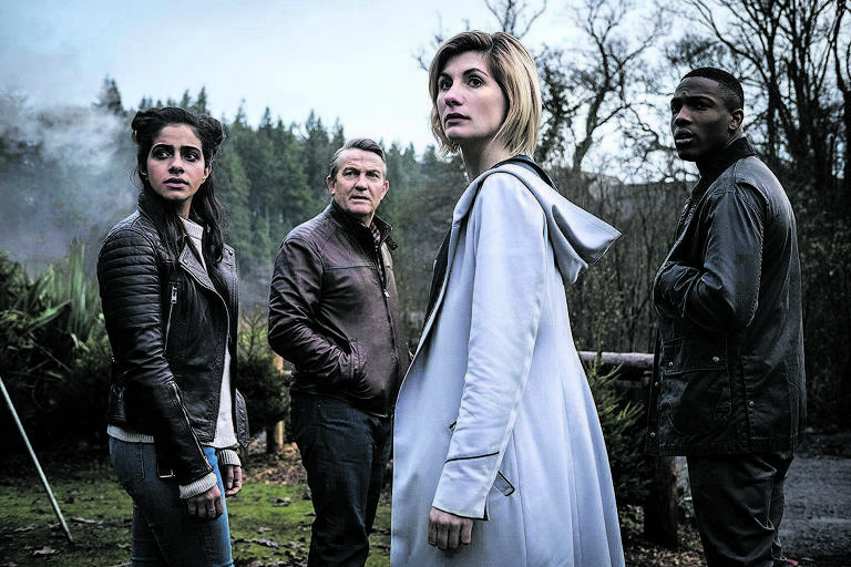 A atriz britânica Jodie Whittaker (de casaco branco), primeira mulher em mais de 50 anos a protagonizar a série 'Doctor Who', que estreia em outubro