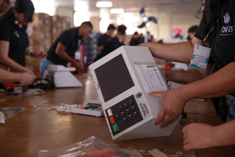 Urnas eletrônicas que foram enviadas para votação de brasileiros que vivem no exterior