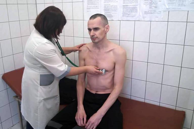 Preso na Rússia, cineasta ucraniano Oleg Sentsov faz greve de fome