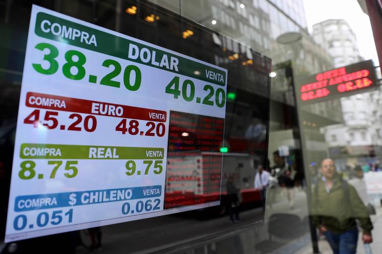 Tela mostra os preços de compra e venda, em pesos argentinos, do dólar, do euro, do real e do peso chileno