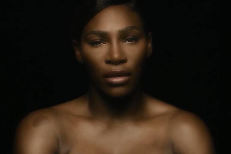Serena Williams faz campanha contra câncer de mama de topless e cantando 'I Touch Myself'