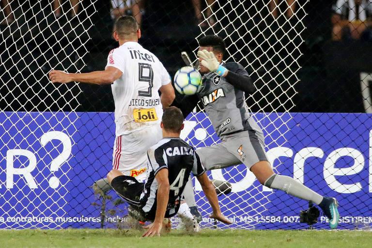 Diego Souza tem chute bloqueado por Saulo no fim do segundo tempo