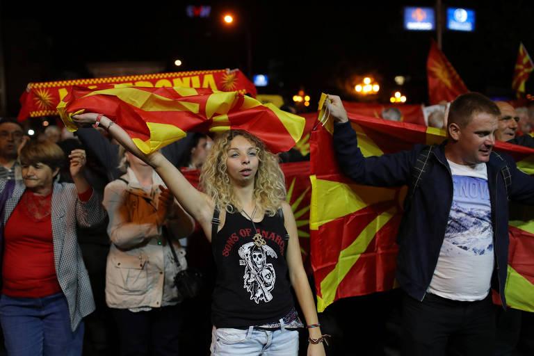 Grupo De Dez Pessoas Segura Bandeiras Da Macednia