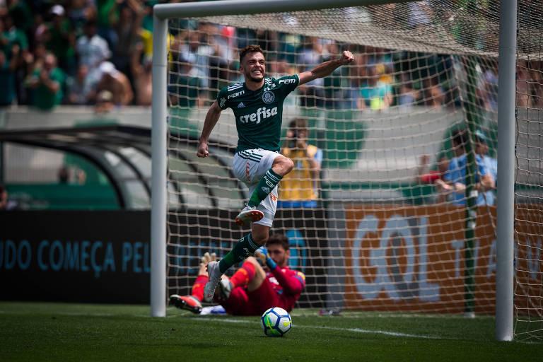 Hyoran comemora após marcar o segundo gol da vitória do Palmeiras contra o Cruzeiro, no Pacaembu