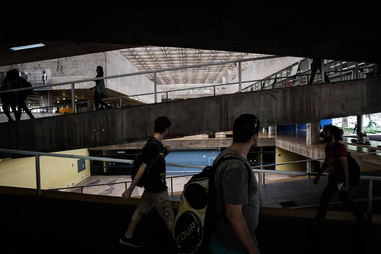 Estudantes no prédio da FAU-USP (Faculdade de Arquitetura e Urbanismo), na Cidade Universitária, em São Paulo