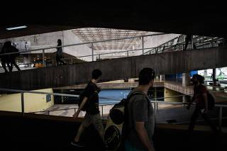 Estudantes no prédio da FAU-USP, em SP