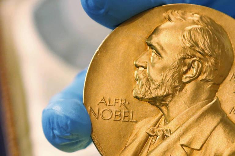 Pessoa segura medalha do Nobel