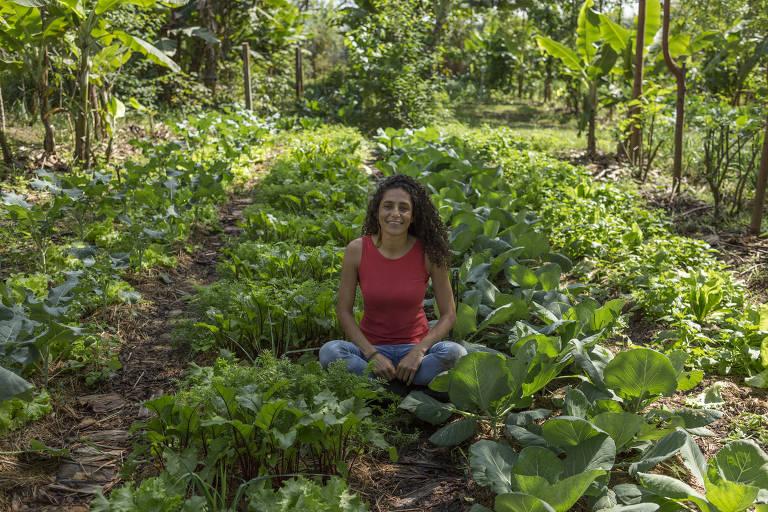 Maridélia Gonzaga em sua horta na Fazenda da Toca, Itirapina (SP)