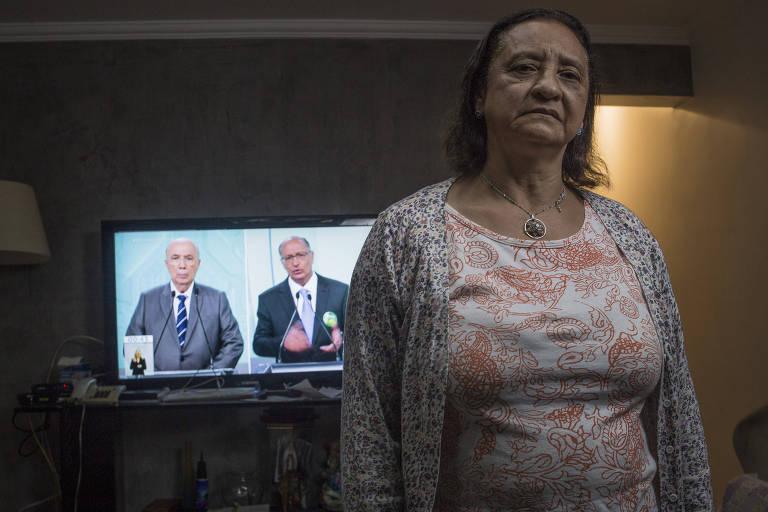 A doméstica Antônia Rodrigues Oliveira, 62, em sua casa para assistir ao debate dos presidenciáveis na TV Record no domingo (30)