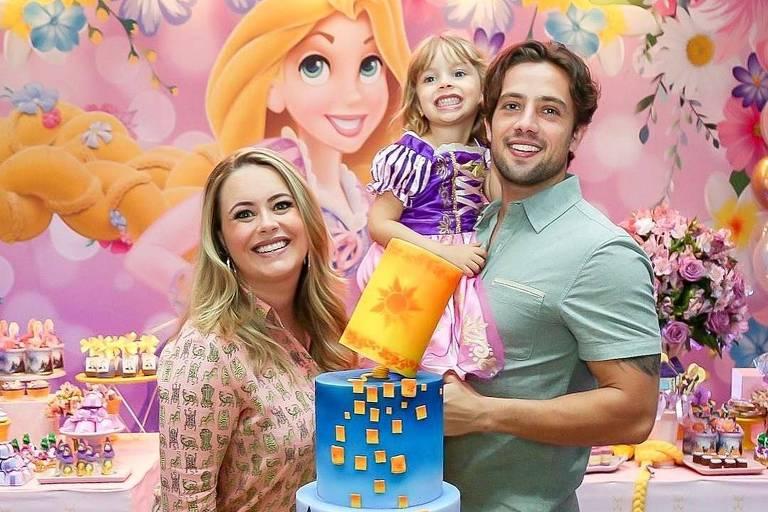 Rafael Cardoso e a mulher, Mariana Bridi, reuniram familiares e amigos para comemorar o aniversário de 4 anos da filha mais velha, Aurora