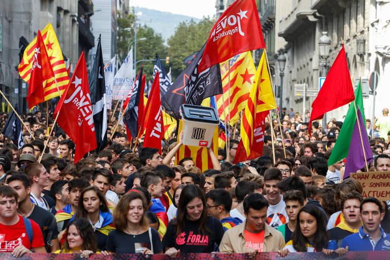 Estudantes pró-separatismo protestam em Barcelona